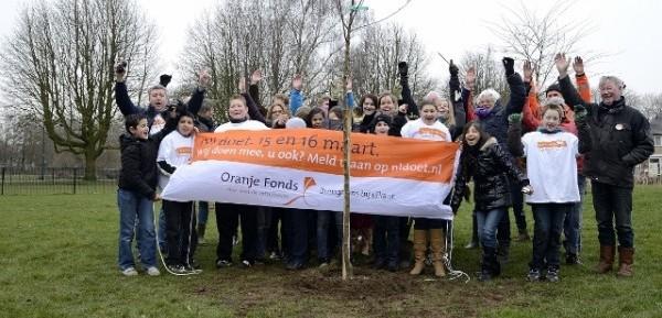 NL Doet, beplanten natuurvriendelijke oever Den Bosch, Helkantplant